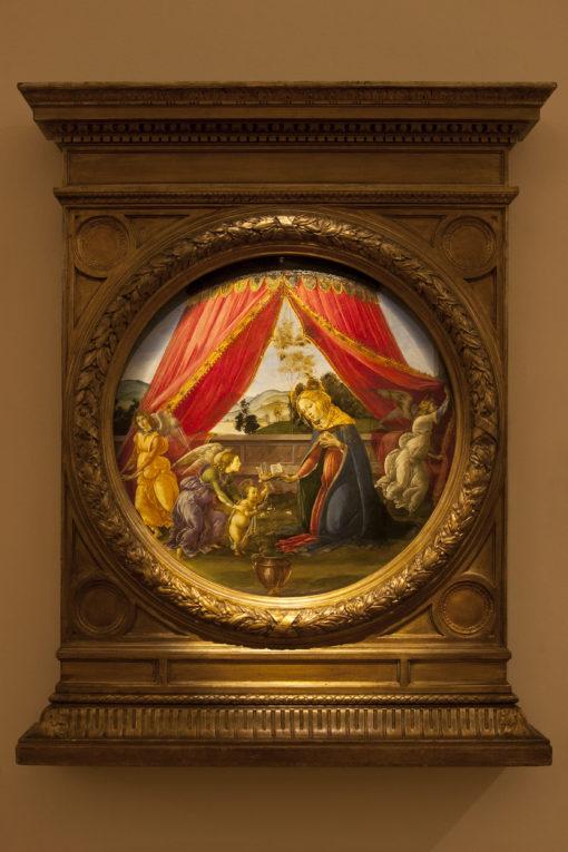 """Sala 2. Sandro Botticelli – """"Madonna del Padiglione""""; come si presentava nel vecchio allestimento (a – cortesia photo: Barbara Bonomelli) e con la nuova illuminazione a luce LED (figura b) (cortesia photo: Simona Monfrinotti)"""