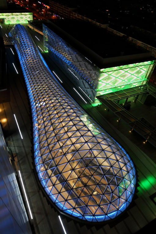 Jinyu Vanke Plaza Retail. Il lucernario dall'alto in una vista notturna (courtesy: LDPI)