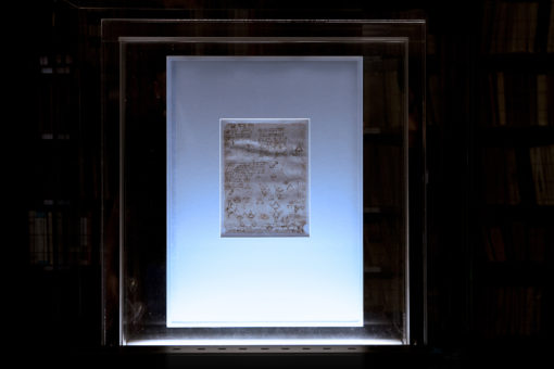 """Pinacoteca Ambrosiana. Sala Federiciana. Uno dei disegni del """"Codice Atlantico"""" di Leonardo da Vinci, con l'illuminazione preesistente (a) e con il nuovo impianto di illuminazione (b) (courtesy photo: Barbara Bonomelli)"""