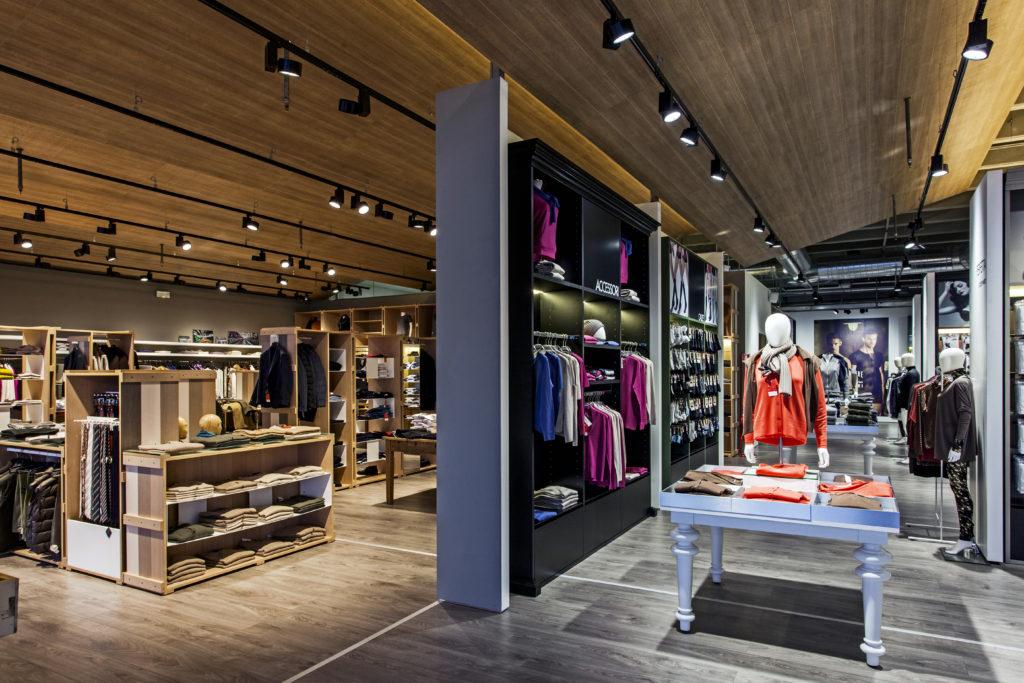 Negozio Lanificio Tollegno/Ragno, Busnago (Mi) – Vista d'insieme del negozio. La diversa tonalità dell'emissione Led definisce l'a diversa identità dei brand (Cortesia Erco)
