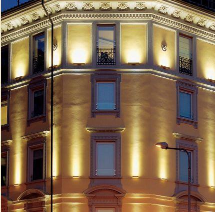 Milano, illuminazione delle facciate della sede di Sorgenia Spa. Gli apparecchi a LED utilizzati sono dimensionalmente contenuti, in grado di mascherarsi con le delicate modanature che percorrono in lunghezza la costruzione (cortesia: Philips Lighting)