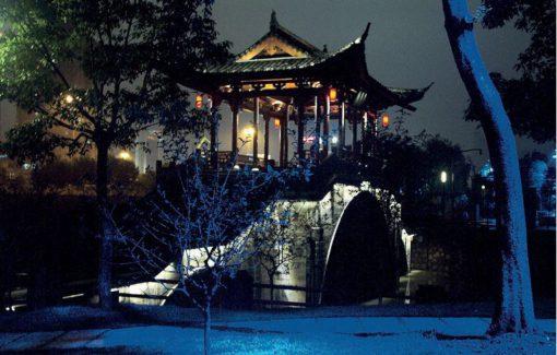Hangzhou, Ying Yue. Un dettaglio dell'antico ponte con la pagoda: è visibile l'effetto cromatico di illuminazione di una delle sponde del Grand Canal (cortesia: Agence Concepto & Zhongtaï)