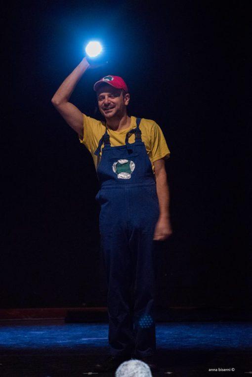 ) L'elettricista – narratore Lucio (Mauro Parrinello) (courtesy photo: A. Biserni)
