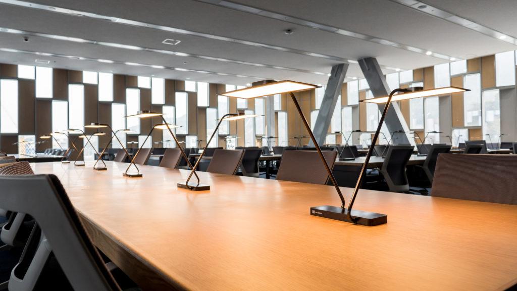 Biblioteca Universitaria Nazionale, Seoul – Dettaglio degli apparecchi a doppio braccio con modulo OLED rettangolare (Cortesia LG Display)