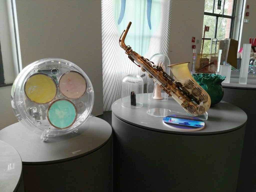 "A sx, lampada ""Yang"" (design: Carlotta de Bevilacqua) (cortesia: Artemide)"
