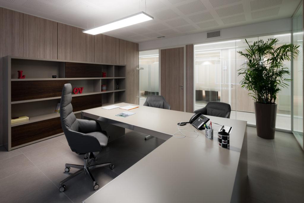 Uno degli uffici direzionali, con la sospensione biemissione a LED a 4000 K (courtesy photo: Marco Zanta)