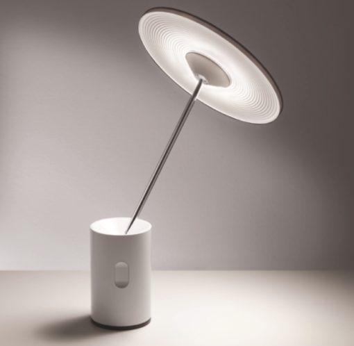 """La lampada da tavolo """"Sisifo"""" (design: Scott Wilson), per Artemide, una delle tre lampade premiate con la Menzione d'Onore"""