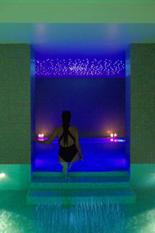 """SILVA SPA, Fiuggi (Rm). Effetti di cambio colore nella """"grotta"""" interna alla piscina (Cortesia Studio ita2a)"""