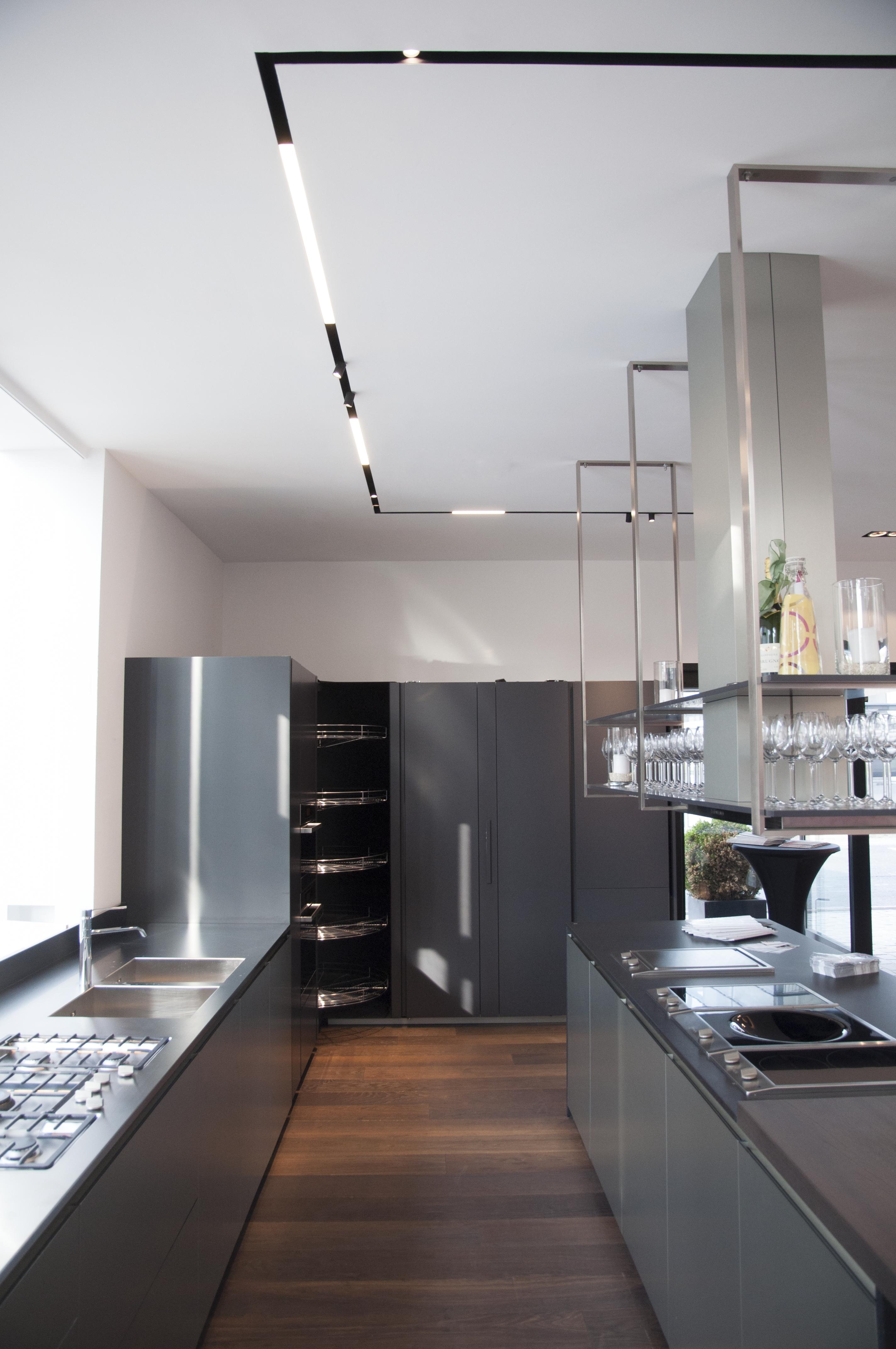 L'applicazione del sistema magnetico con una doppia tipologia di apparecchi di illuminazione ad esso collegati risolve le problematiche spaziali e funzionali di vari ambiti nell'Interior Design degli spazi nel residenziale, come la zona cucina e le zone di passaggio (sistema The Running Magnet, di Flos) (courtesy photo: Flos)
