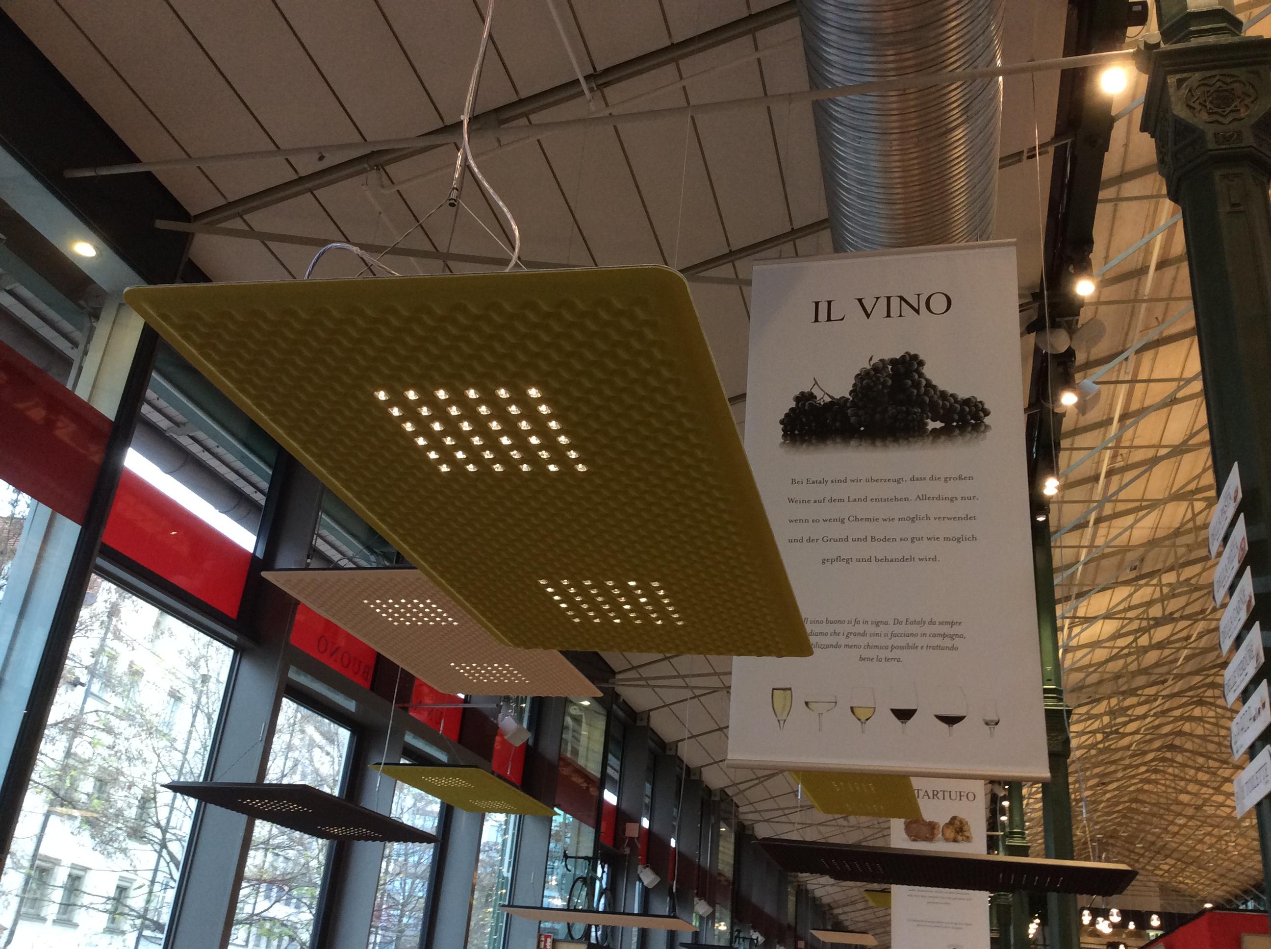 """Le sospensioni """"Eggboard"""" (design: Giovanni Giacobone, Massimo Roj) in uno dei ristoranti del primo piano (courtesy foto: Artemide)"""