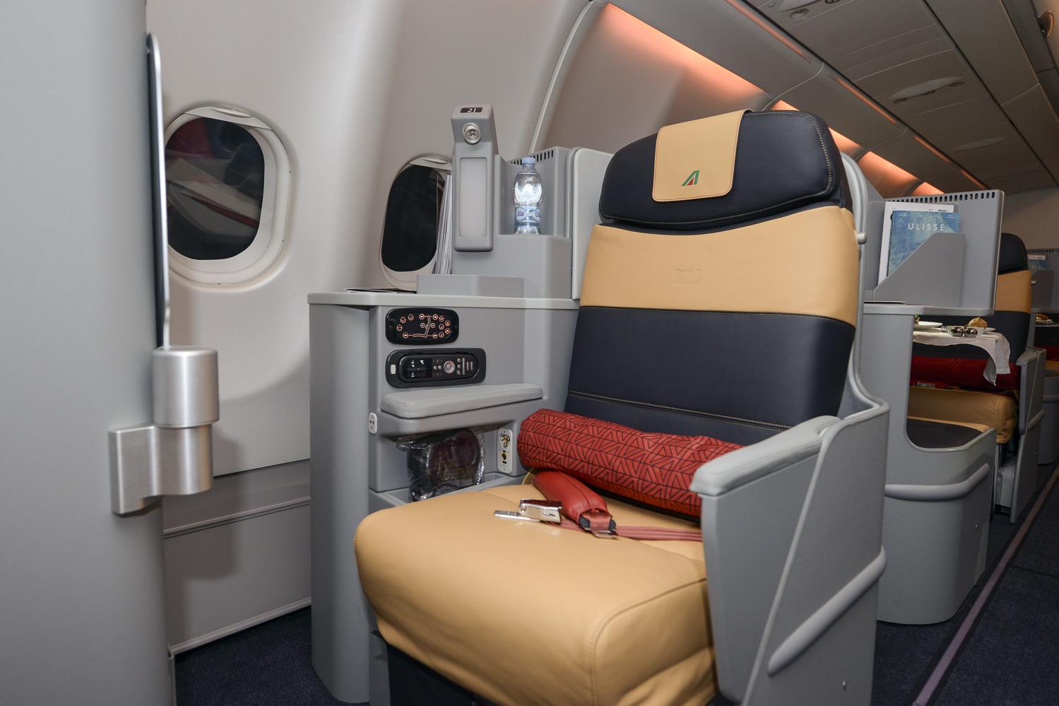 Interno di un Airbus A330 della flotta lungo raggio di Alitalia. La strip LED RGB montata come illuminazione generale favorisce la creazione di suggestioni visive che armonizzano lo stato d'animo dei passeggeri durante il viaggio (Cortesia: Alitalia)