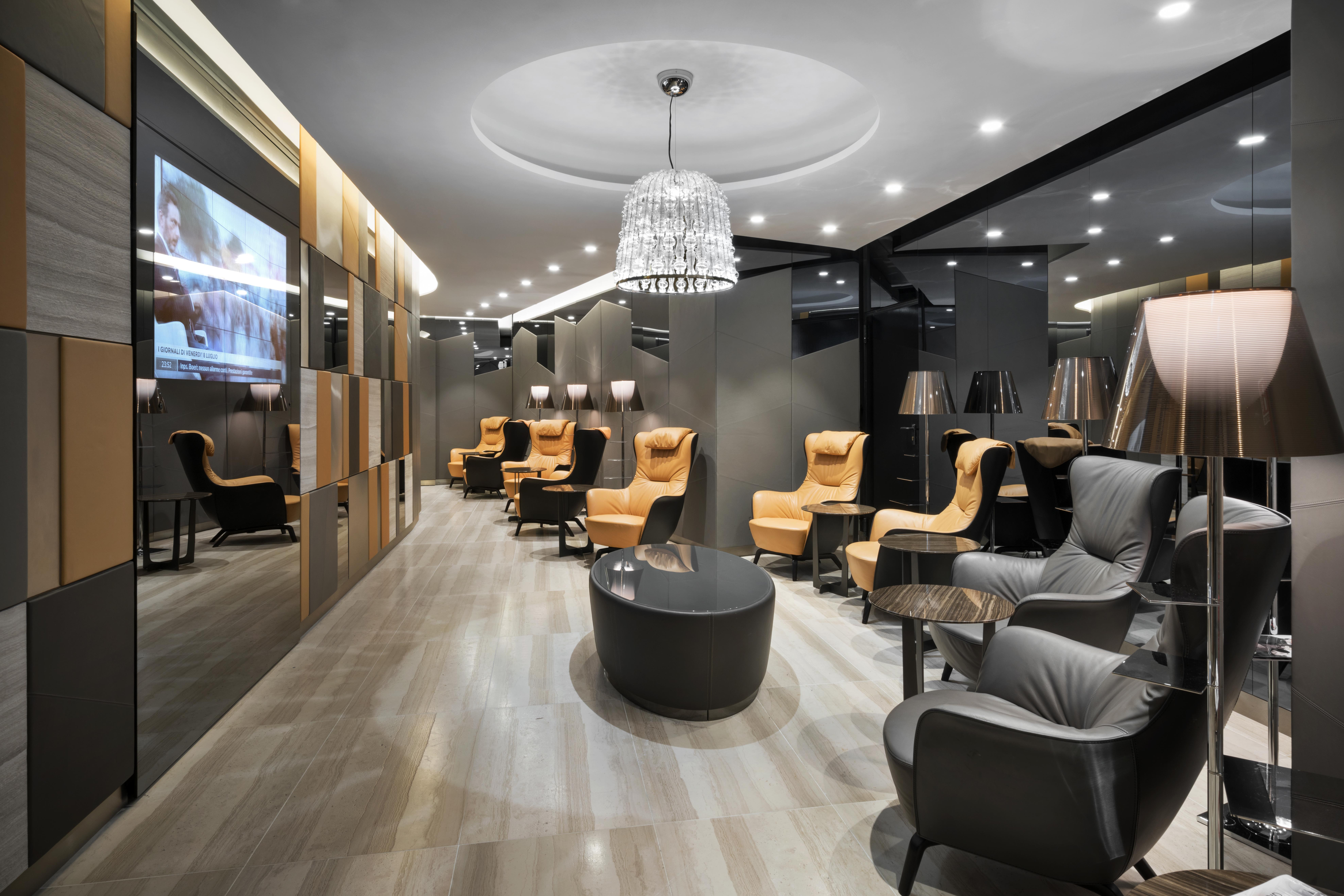 "Roma Fiumicino, Lounge ""Casa Alitalia"". Un'altra immagine degli spazi della lounge, con la sospensione ""Crowns"" (design: Marco Piva, per Italamp) e nel controsoffitto gli incassi a luce LED ""Arkedo"" (di Martini Light)"