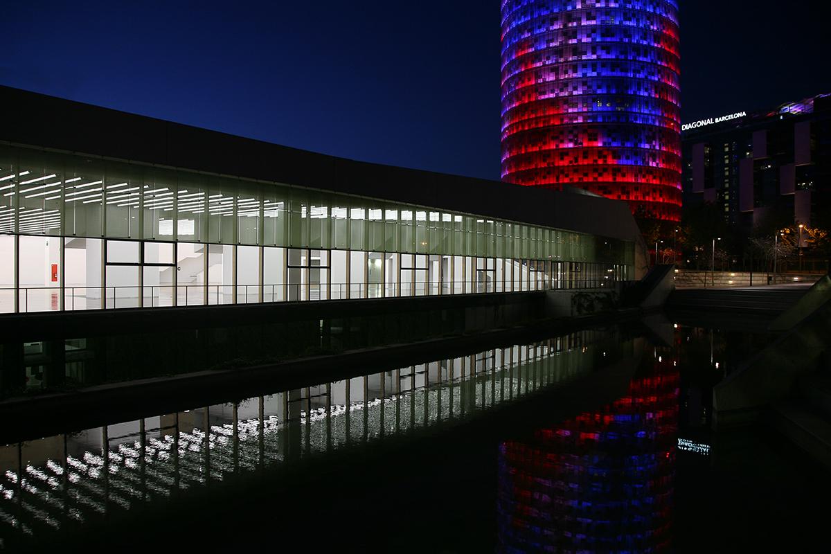 Si accede al Museo attraverso un ponte su uno stagno artificiale per il quale è stato utilizzato un effetto di luce morbida, una sorta di passaggio luminoso sull'acqua illuminata che lo riflette (foto 4) (courtesy photo: Ramón Ferreira)