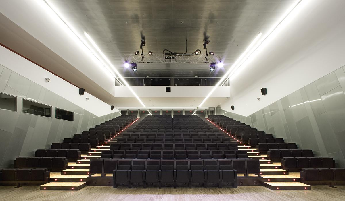 L'Auditorium. Il sistema di illuminazione lineare integrato utilizzato nell'atrio con T5 a 4000K è utilizzato anche nei corridoi che vanno alle sale d'esposizione ai diversi livelli del museo e nell'Auditorium. La linearità del sistema di illuminazione viene così mantenuta per tutto l'edificio (courtesy photo: Lourdes Jansana)