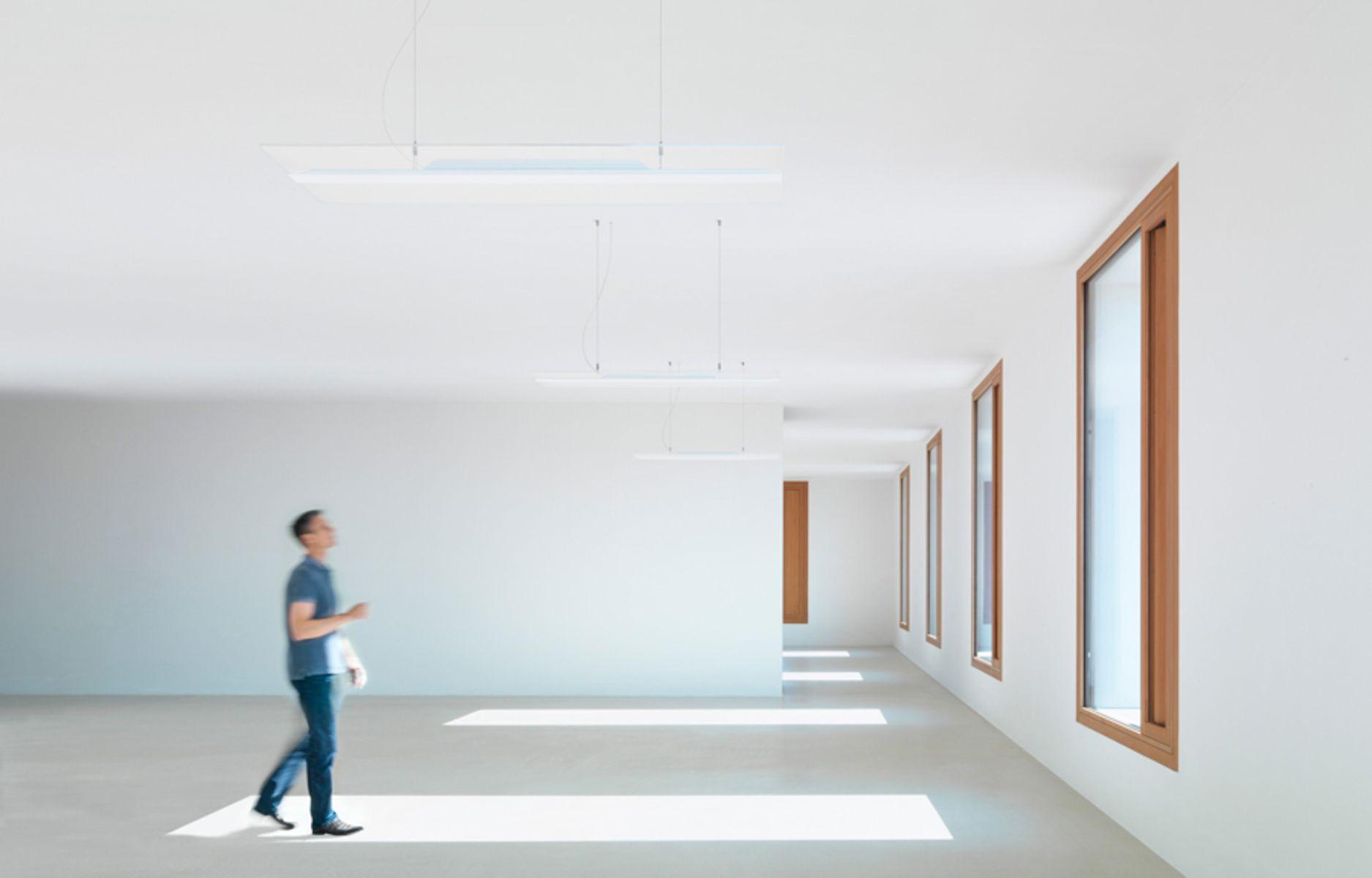 La sospensione a luce LED 'Vaero' dematerializza il corpo dell'apparecchio a favore della massima integrazione nello spazio architettonico (courtesy photo: Zumtobel)
