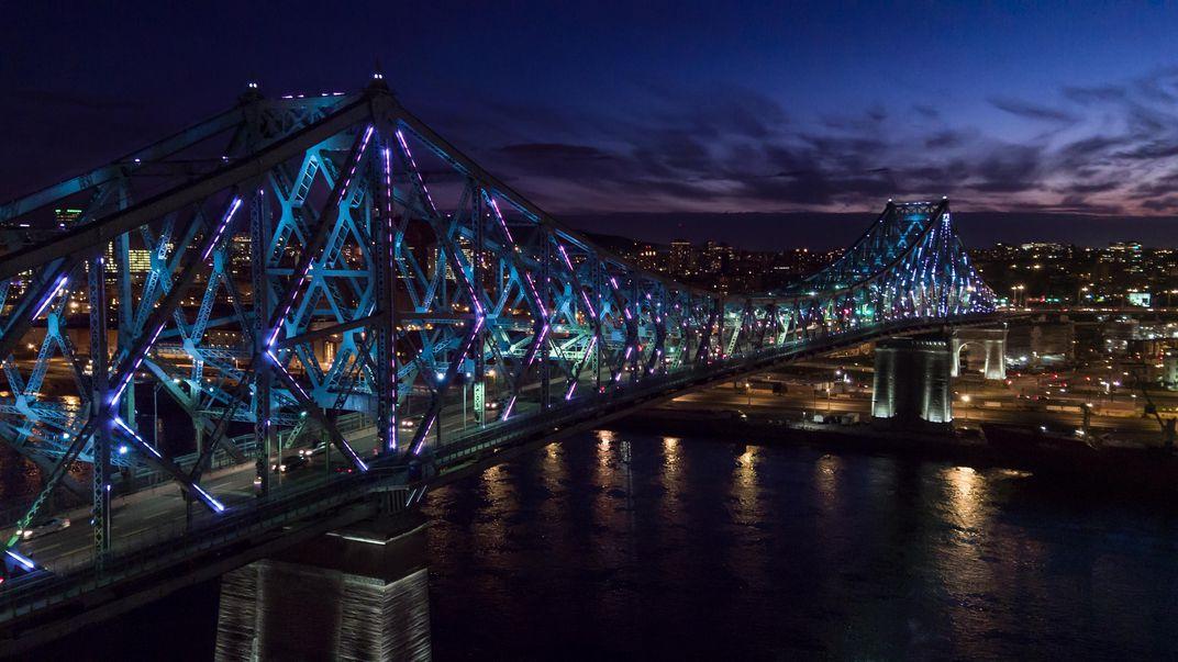 A montreal la luce dinamica del primo ponte in rete luce for Portico e design del ponte