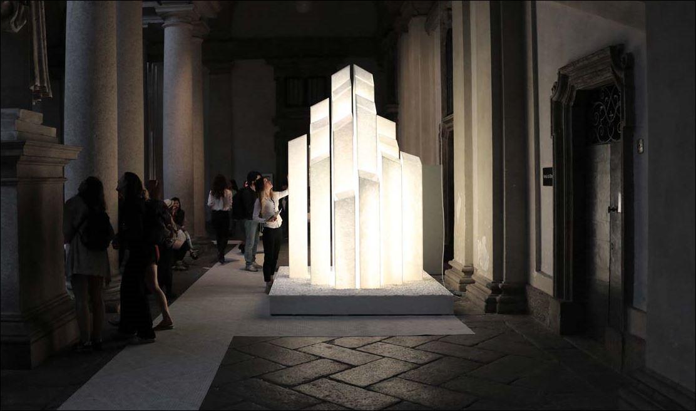 L'immagine presenta l'installazione scultura 'City of Light' in marmo traslucido di Marco Piva