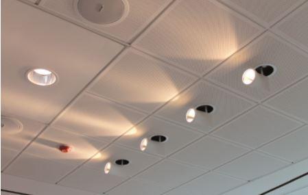 Nella sala riunioni, gli spot a luce LED IYON di Zumtobel (cortesia: Tecniche Nuove, foto: Oxana Selari)