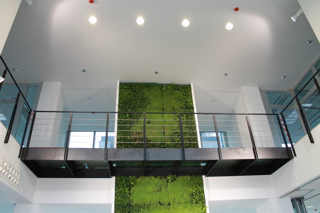 Il grande atrio a doppia altezza dell'ingresso. In evidenza, in alto, gli apparecchi Panos Infinity (Zumtobel) (cortesia: Tecniche Nuove, foto: Oxana Selari)