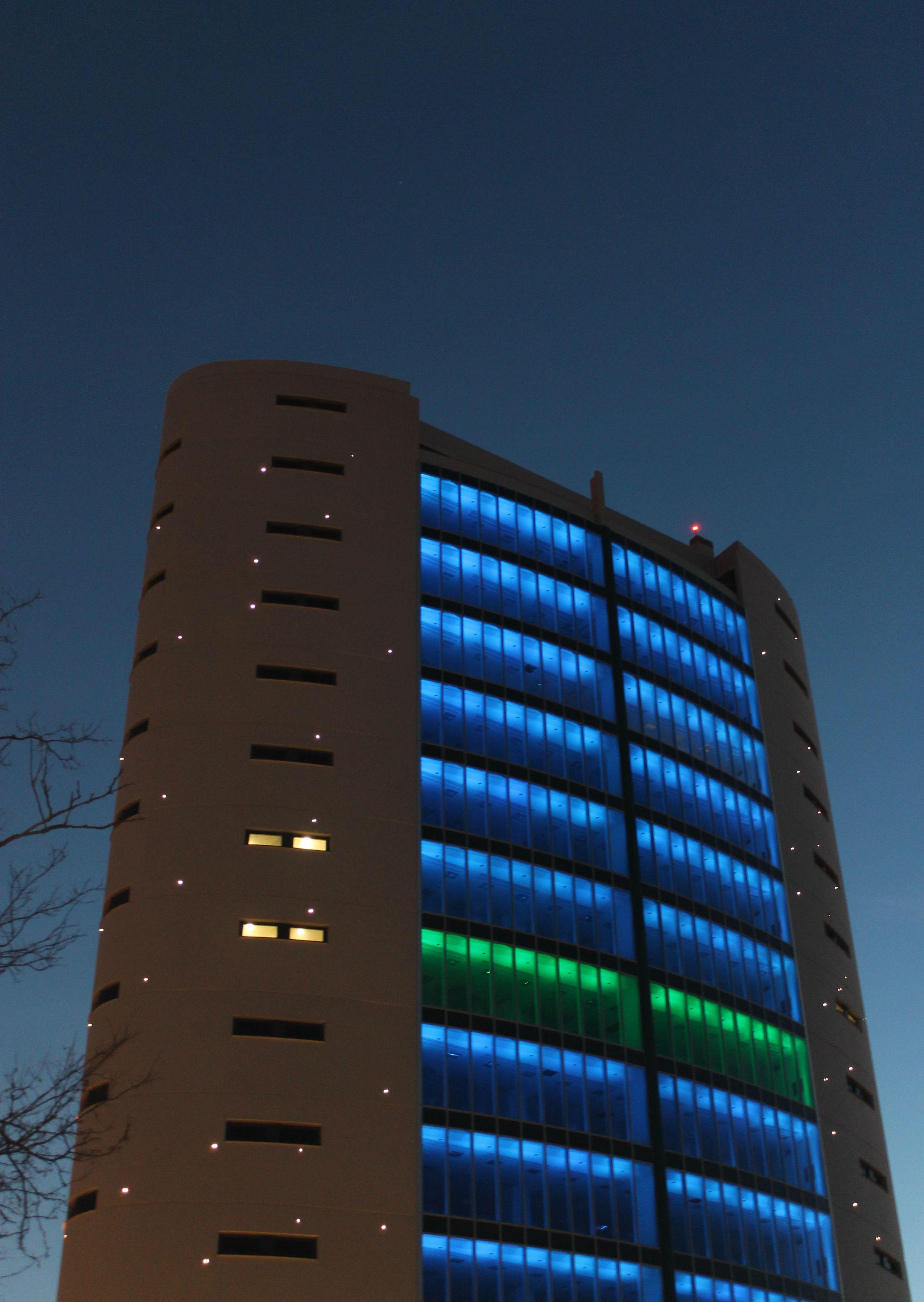 Gli spot RGB a luce LED caratterizzano l'illuminazioFuturo Luce (si tratta del sistema a luce LED Drop3, con 3 x 2,4 W di potenza, RGB e sistema di controllo di gestione via DMX).ne colorata dinamica notturna delle facciate (cortesia: Tecniche Nuove, foto: Oxana Selari)