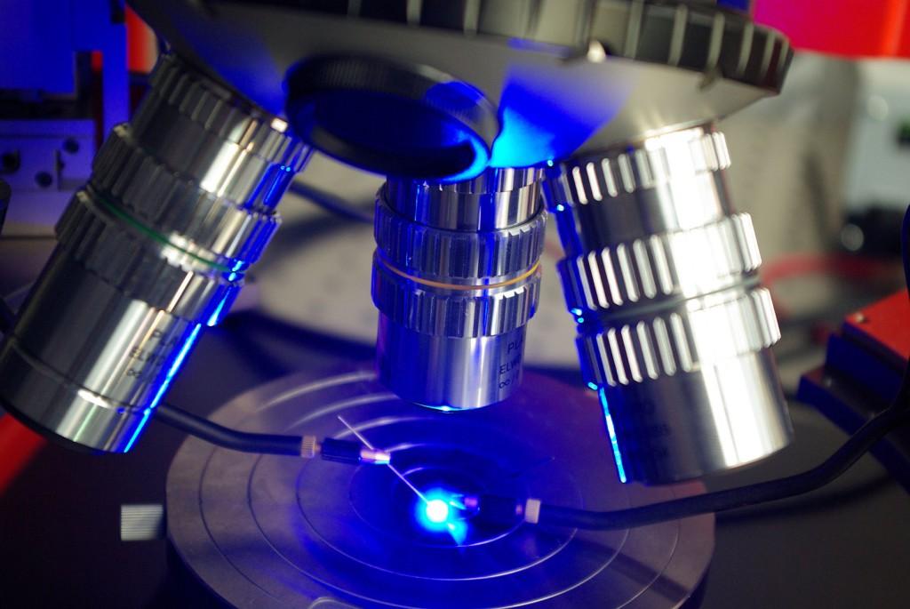 La caratterizzazione avanzata in microscopia di dispositivi LED consente di ottenere parametri fondamentali per la progettazione ottica ed i meccanismi di guasto a livello di chip LED (cortesia: LightCube)