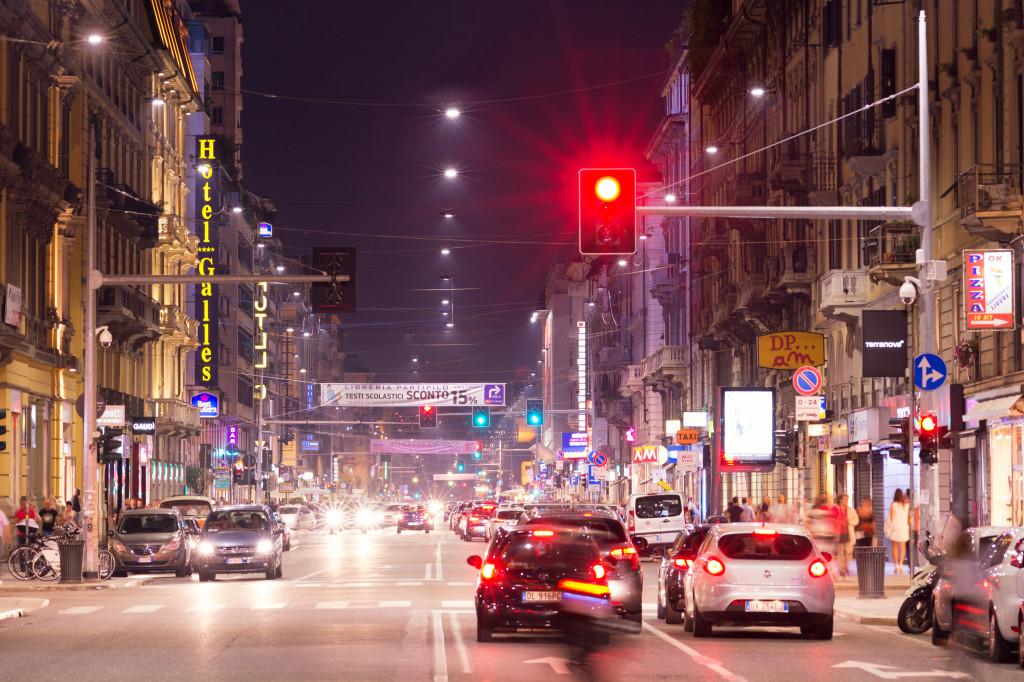 """Corso Buenos Aires, Milano, con i nuovi apparecchi a LED """"Italo 2 Urban"""" di AEC, in versione tesata"""