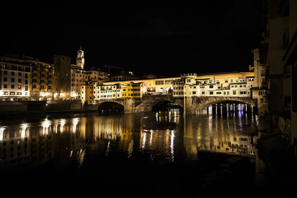 Firenze, Ponte Vecchio. Un'immagine che propone l'effetto di illuminazione molto equilibrato, che accenna alle differenti cromie degli intonaci (cortesia: DGA – Welt Electronic)