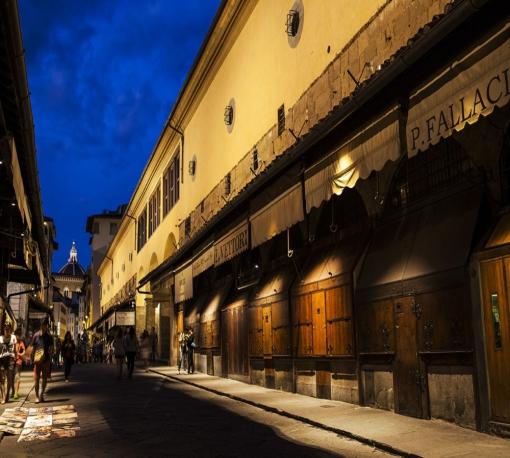 Un'immagine del Ponte, con uno scorcio sull'illuminazione del Corridoio Vasariano, calibrata su un registro cromatico più caldo (cortesia: DGA – Welt Electronic)