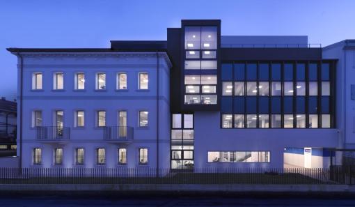 Verona, Crom Source Headquarter. Un'immagine notturna della nuova sede