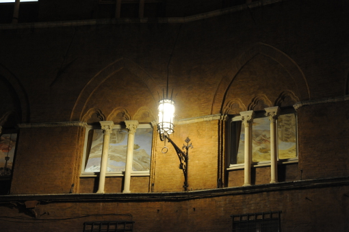 Siena. Una delle lanterne in ferro in Piazza del Campo (cortesia: Neri)