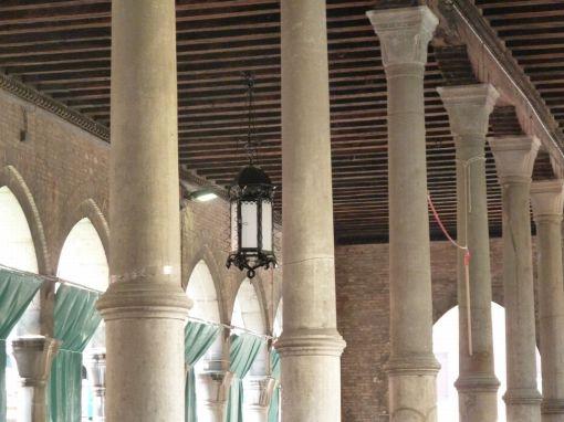 Venezia. Una delle lanterne in ferro della Pescheria ricollocata dopo il restauro (cortesia: Neri)