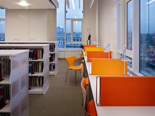 Particolare delle postazioni della biblioteca, con gli apparecchi Roxxane a LED di Nimbus, una tipologia con soluzioni fino a 8690 lumen