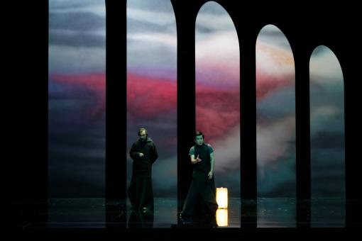 """""""La Favorite"""". Il basso Giovanni Furlanetto con il tenore Yijie Shi (Fernand). Sul fondale, visibile il lavoro effettuato dai MAC con puntamenti indiretti e luce riflessa (courtesy photo: Patrice Nin)"""