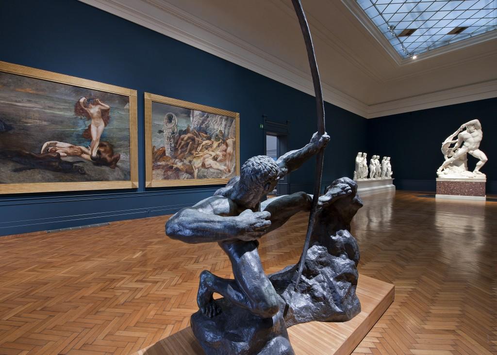 """Roma, Galleria d'Arte Moderna. Sala 7, """"Il Mito"""". Dettaglio del particolare effetto sfumato della tonalità blu pavone scuro, più chiaro nella zona destinata all'esposizione dei dipinti (Foto A. Idini – Cortesia F. Lardera)"""