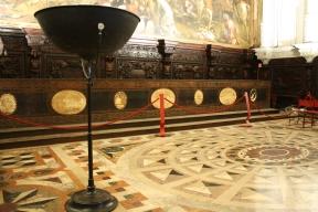 Un'immagine della Sala dell'Albergo con una delle piantane per l'illuminazione di Mariano Fortuny prima dell'intervento di riqualificazione dell'impianto (cortesia: Studio Pasetti Lighting)
