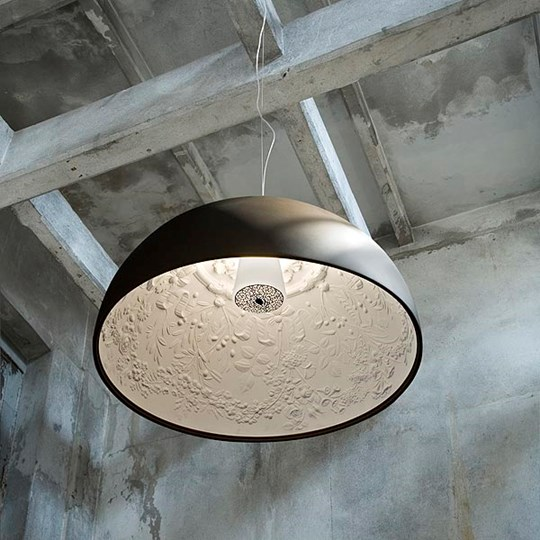 Sospensione Skygarden di Marcel Wenders. Una cupola in gesso con interno decorato in rilievo riproduce il chiaroscuro degli stucchi architettonici (cortesia Flos)