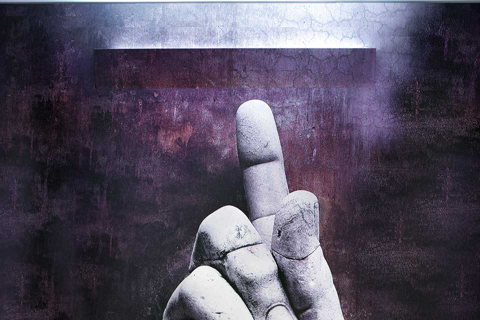Applique Invisibile di Maurizio Quargnale: un estruso di alluminio grezzo si riveste della materia che lo circonda diventando - appunto- invisibile (cortesia Fontana Arte)