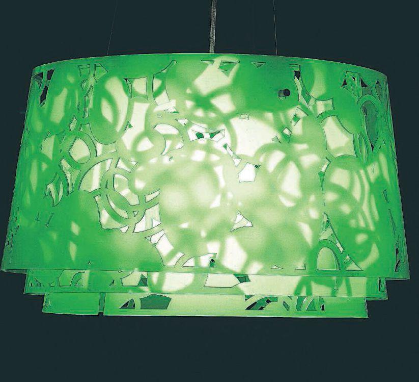 Sospensione Collage di Louise Campbell: tre cilindri acrilici traforati simulano il gioco di luci ed ombre delle foglie degli alberi (cortesia: Louis Poulsen)