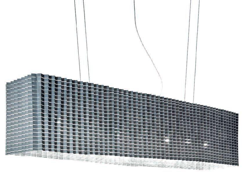 Sospensione Plissè di Inga Sempè: un diffusore in tessuto plissettato sostenuto da un doppio pantografo permette l'allargamento della lampada (cortesia Luceplan)