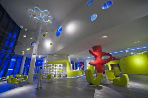 Milano, Barcelò Hotel. Apparecchi di illuminazione all'interno degli spazi di ingresso (foto: Studio Giancarlo Marzorati)