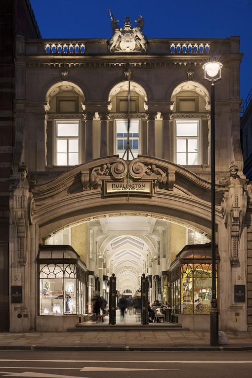 """Londra, Burlington Arcade. La facciata di ingresso della galleria sul lato di Piccadilly è architettonicamente abbastanza complessa: è stato sviluppato un sistema di illuminazione a strati per evidenziare l'arcata principale, gli archi delle finestre, le balaustre e lo stemma. La sfida principale qui è stata quella di ottenere una qualità costante della luce bianca: sono stati utilizzati gli apparecchi di cinque diversi produttori e grande attenzione è stata rivolta alla selezione dei corretti """"binning"""" dei LED (courtesy photo: James Newton)"""