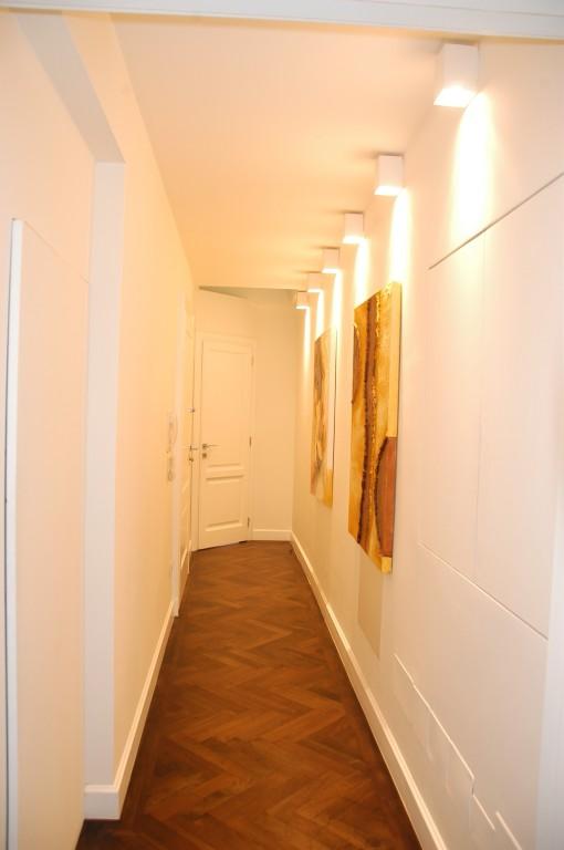 Vista del corridoio, con apparecchi a plafone per illuminazione in radenza della parete, con sorgenti LED a temperatura di colore neutra (Tc = 4000 K) (Cortesia LEDisONE srl)