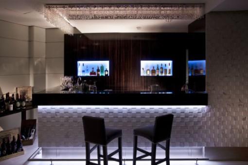 Roma, Grand Hotel Ritz. Un'altra immagine dell'illuminazione del bar, realizzata mediante stripLED (cortesia: Studio Ceccaroli)