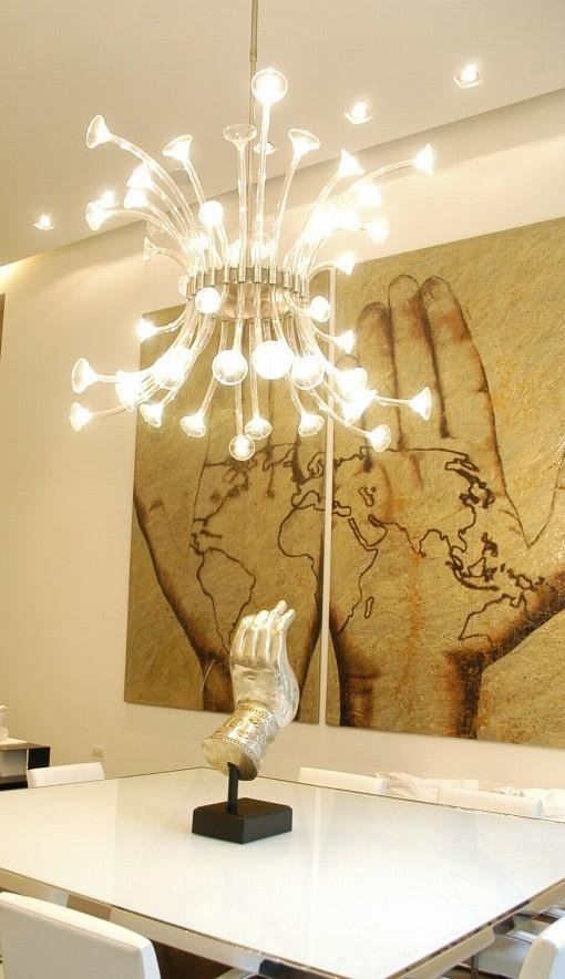 Dettaglio di una sospensione in cristallo con le nuove lampade LED a capsula da 2,5 W (Cortesia LEDisONE srl)