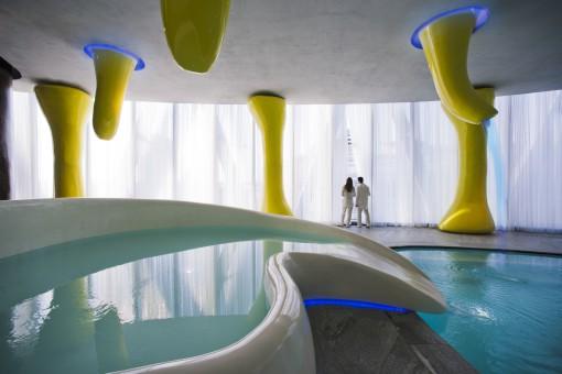 """Uno scatto per mostrare alcune delle soluzioni illuminotecniche adottate per la Spa con l'innesto delle """"macro-anemoni marine"""" (foto: Studio Giancarlo Marzorati)"""