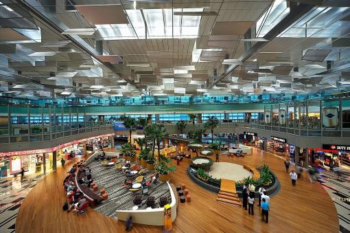 Singapore, Changi Airport. Il contributo offerto agli illuminamenti dalla corretta gestione della luce naturale è estremamente rilevante in questo progetto (courtesy photo: Bartenbach LichtLabor – Durlum)