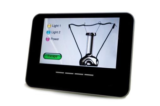 Un touch panel ultrapiatto KNX (si tratta del modello Kairos 10, di Blucasa). Il componente integra il gateway di rete per rendere disponibili le funzionalità dell'impianto anche a dispositivi remoti mediante il protocollo TCP/IP. Schermo di 10,2 pollici, con risoluzione: 800x480 pixel, 16:9, e luminosità di 400cd/m.2 Disponibile per le periferiche BCU KNX - USB host e device - SD Card - 3 video in - Audio in/out - Uart – DMX - LAN 100Mb, per alimentazione 12 V (cortesia: Blucasa)