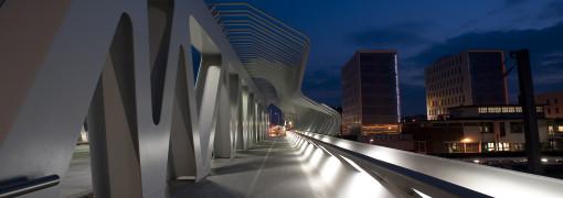 Pont de la Matte. L'effetto luminoso reso possibile dalle soluzioni luminose adottate. Dettaglio sulla corsia riservata a biciclette e pedoni (cortesia: Platek Light)