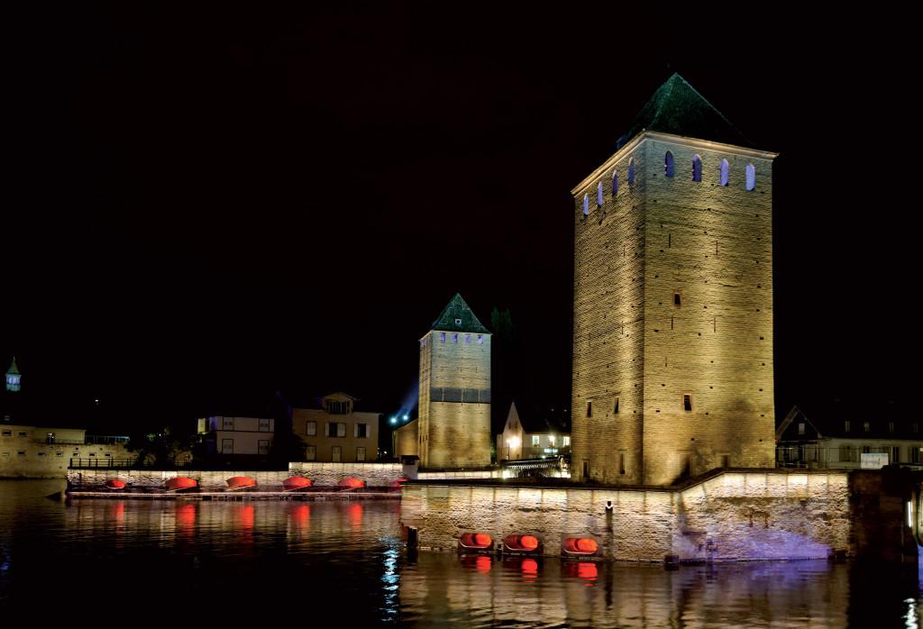 Strasburgo, un'immagine del progetto di illuminazione urbana realizzato per i maggiori edifici che sorgono sulle rive dell'Ill, il fiume che attraversa la città ed il quartiere caratteristico Petite France (cortesia: Platek Light)