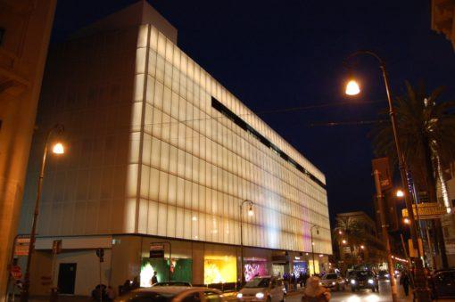 Illuminazione per le facciate de La Rinascente, Palermo (apparecchi: SuperSpike RGB – Nord Light) - Progetto illuminotecnico: Artemide Lighting Consultancy Center – Milano, Progetto architettonico: arch. Ornella Boffi (Cortesia Artemide)